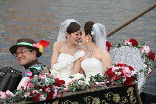 2013年3月 東京ディズニーシーで結婚式を挙げた元タカラジェンヌ東小雪さんとパートナーのひろこさん