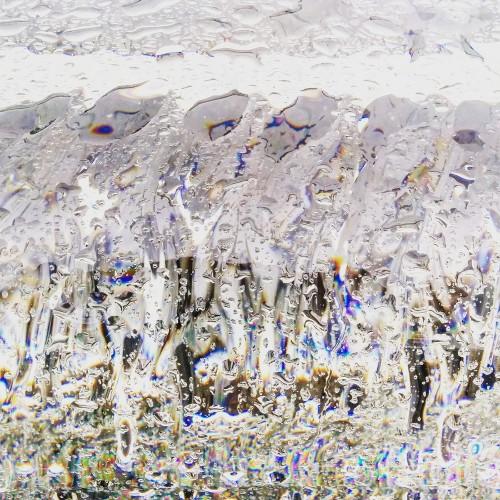 茶室脇には、吉岡徳仁氏デザインのガラスのベンチ「Waterfall」が設置されている