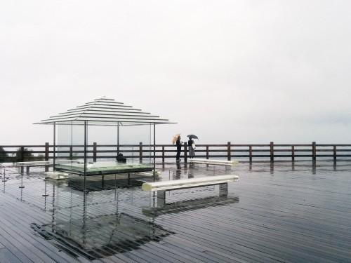 京都、将軍塚山上に浮かぶガラスの茶室