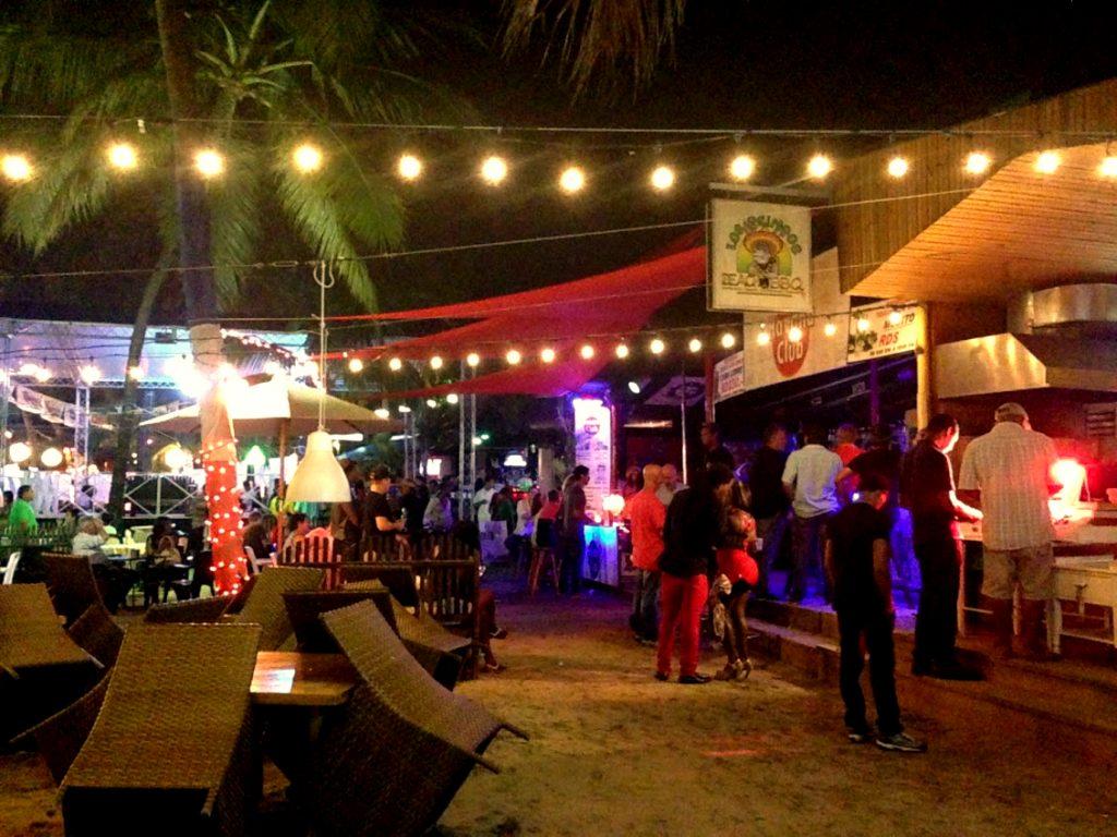 夜はビーチ沿いのクラブに若者が集う/Por la noche se llena de jóvenes en discotecas de toda la playa.