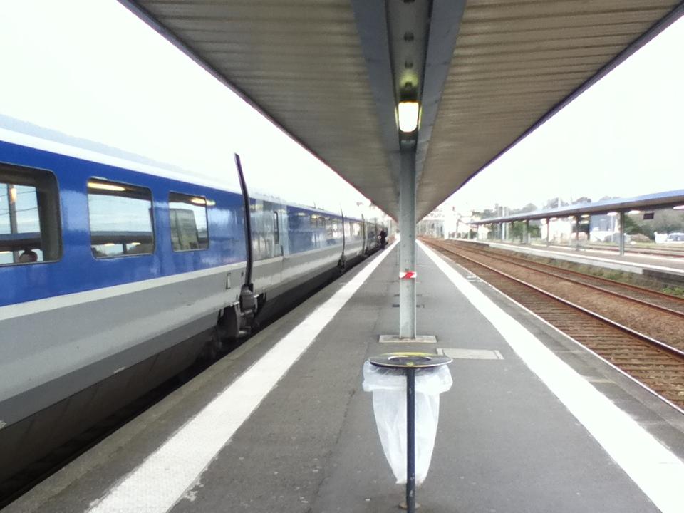 ブレスト駅、出発時間を待ちながら。
