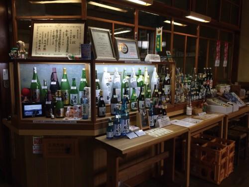 毎年冬に開催される「酒蔵めぐり」では、6つの造り酒屋が交代で酒蔵を公開する。普段の見学は要予約。