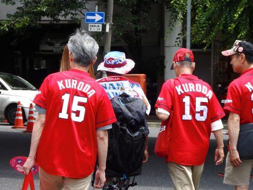 炎天下のこの日、取材はマツダスタジアム近くの雑居ビルで行われた。広島東洋カープ対阪神タイガース戦、広島駅からマツダスタジアムへ至る道。街は勝利のレッド・ユニフォームに包まれていた。