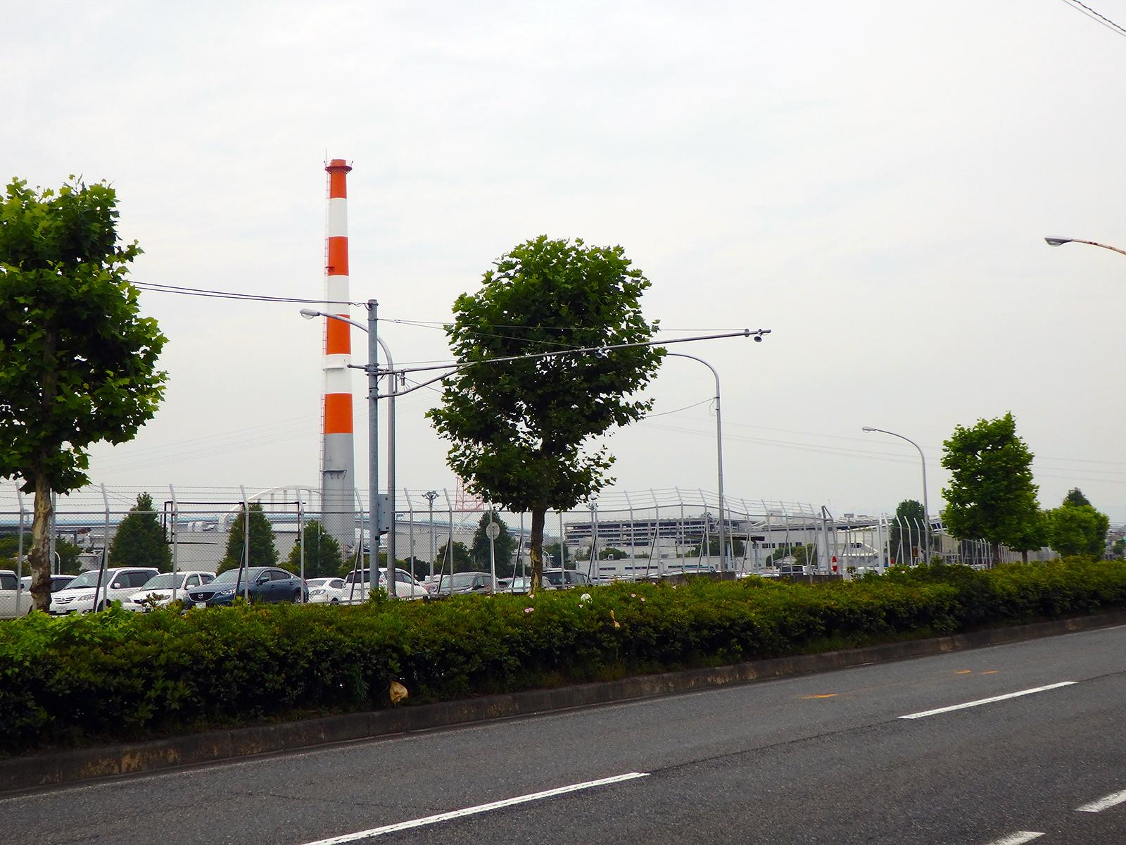 『工場』で描かれた工場によく似ているところを取材班は、たまたま見かけた。背後には小説に出てきたような長い橋も見える。