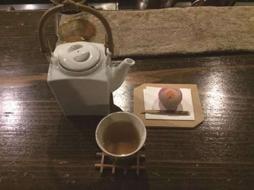 加賀棒茶と上生菓子。上生菓子は時節によって変わるのも嬉しい。