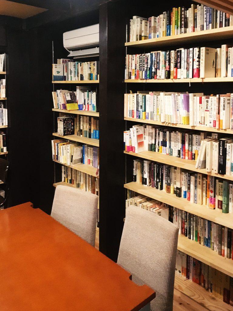 壁一面の本棚は本好きの憧れ