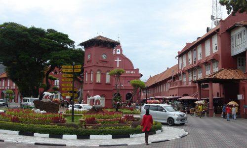 オランダ広場。教会や時計塔などオランダ統治時代の建物が並ぶ。