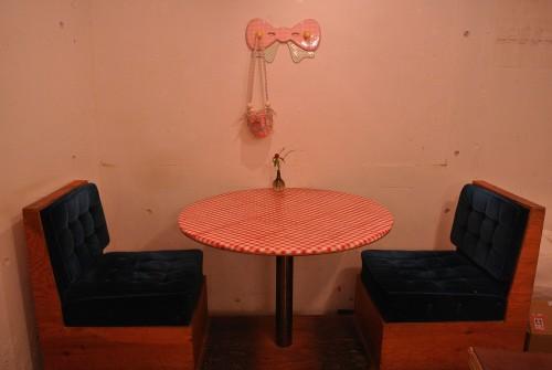色、素材、シルエットまでこだわりを感じる家具たち。すべての席に座りたくなる。