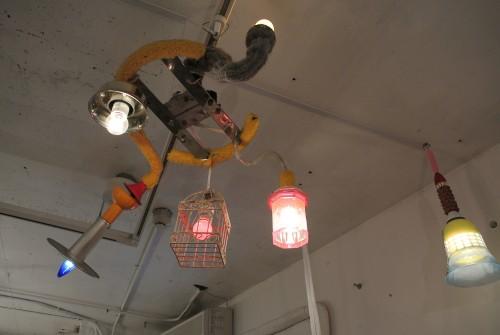 天井にご注目。思わず声を上げてしまうほど可愛い照明たち。