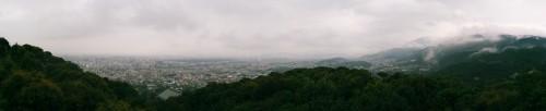 青龍殿大舞台からの眺め。取材当日はあいにくの雨模様だったものの、京都市内を一望できる。